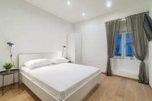 A bed or beds in a room at Studios & Apartments Porto