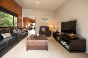 A seating area at Springbrook25 Upper Apartment