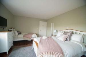 A bed or beds in a room at West Haven House