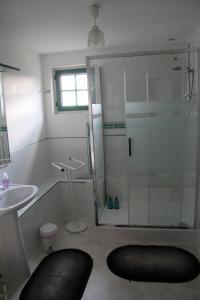 A bathroom at Gîtes du Château de La Motte