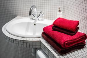 A bathroom at OnLviv Apartments Rynok Square 25