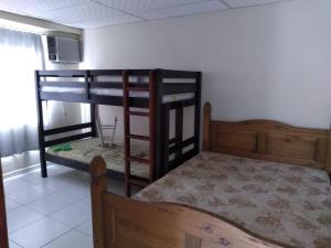 A bunk bed or bunk beds in a room at Casa na praia de São Francisco do Sul - Enseada