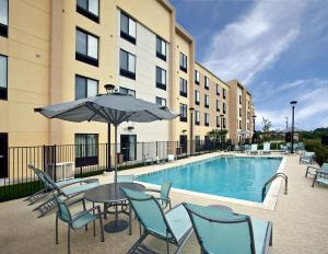 The swimming pool at or near SpringHill Suites by Marriott Baton Rouge North / Airport