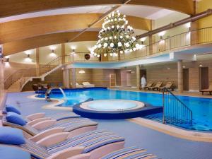 Basen w obiekcie Hotel Mercure Krynica Zdrój Resort&Spa lub w pobliżu