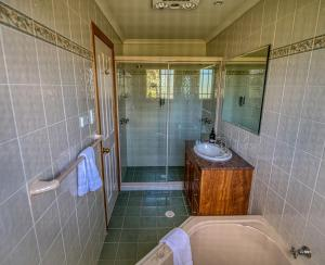 A bathroom at Cottages on Lovedale