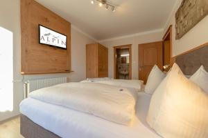 A bed or beds in a room at Residence Alpin