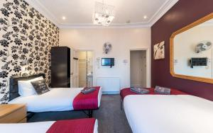 A bed or beds in a room at Saba Hotel London