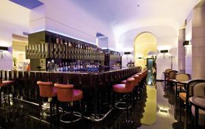 De lounge of bar bij Grand Hotel Via Veneto