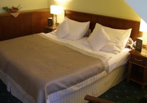 Кровать или кровати в номере Hotel Selsky Dvur - Bohemian Village Courtyard