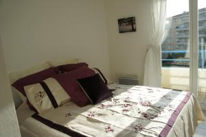 A bed or beds in a room at Moresby Apartment