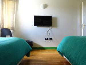 A television and/or entertainment center at Hostal Pluma de Ganso