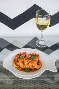 Lunch and/or dinner options for guests at Bayview Sunset