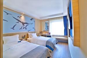 Кровать или кровати в номере Ramada by Wyndham Istanbul Old City