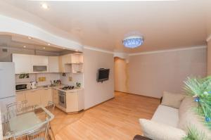 A kitchen or kitchenette at Apartment On Lenina 78
