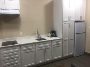 A kitchen or kitchenette at Southfort Inn