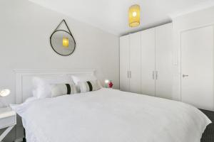 A bed or beds in a room at Bondi Bliss Lamrock - A Bondi Beach Holiday Home