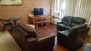 A seating area at Scone Villas -Villa 1