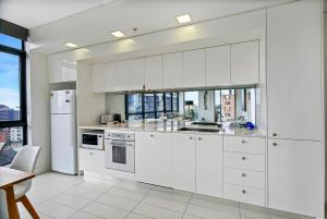 A kitchen or kitchenette at Vibrant City Apartment - SHIL2