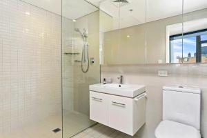 A bathroom at Vibrant City Apartment - SHIL2