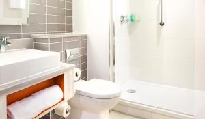 A bathroom at Jurys Inn Belfast