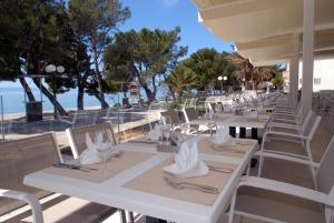 A restaurant or other place to eat at Bluesun Hotel Alga