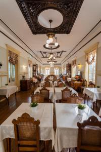 Un restaurante o sitio para comer en Grande Hotel de Paris