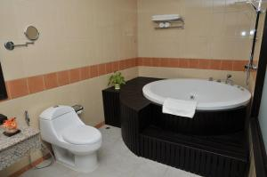 A bathroom at Daosavanh Resort & Spa Hotel