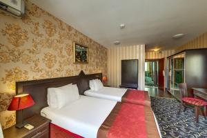 A bed or beds in a room at Hotel Montecito
