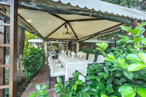 A restaurant or other place to eat at Hotel Montecito