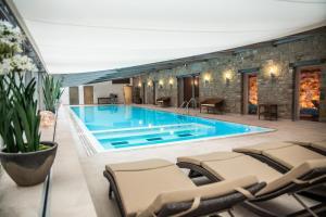 Der Swimmingpool an oder in der Nähe von Schlosshotel Münchhausen