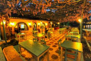 A restaurant or other place to eat at Avra Budget Beach Hotel