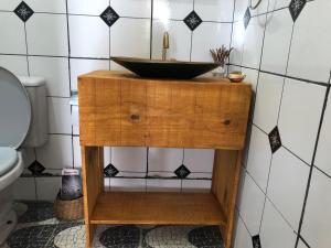 Um banheiro em Suítes Oficina do Som