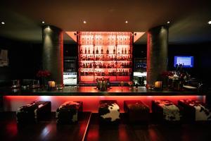 The lounge or bar area at Hotel Avenue Lodge