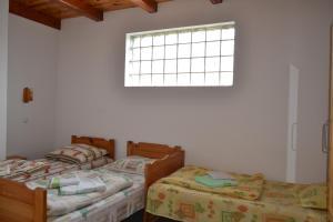Un pat sau paturi într-o cameră la Pensiunea Muntean