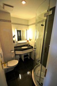 Ein Badezimmer in der Unterkunft Strandhotel Binz