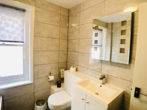 A bathroom at Ilfracombe House
