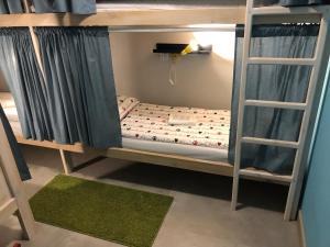 Двухъярусная кровать или двухъярусные кровати в номере First Hostel