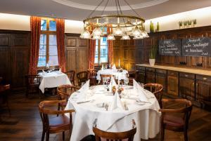 Ein Restaurant oder anderes Speiselokal in der Unterkunft Dorint Am Goethepark Weimar
