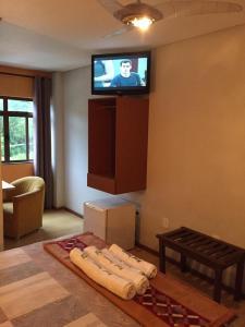 A television and/or entertainment center at Hotel & Restaurante Paraíso