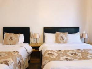A bed or beds in a room at Ilfracombe House