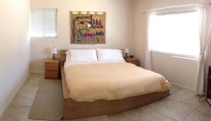 A bed or beds in a room at Coopers Creek Santa Ynez