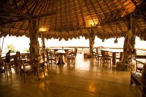 Un restaurante o sitio para comer en Cabañas Las 3 Marias