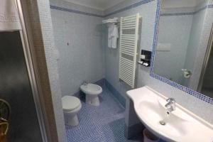 A bathroom at Albergo Ristorante Uliveto