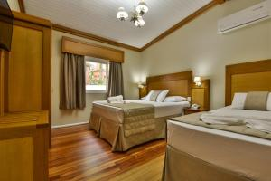 A bed or beds in a room at Hotel Pequeno Bosque