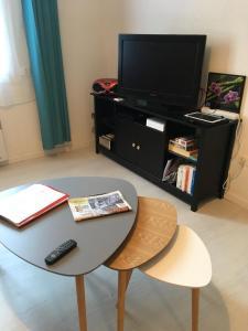 Télévision ou salle de divertissement dans l'établissement Le Provencal - T2 proche gare Montpellier