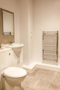 A bathroom at Dream Apartments Quayside