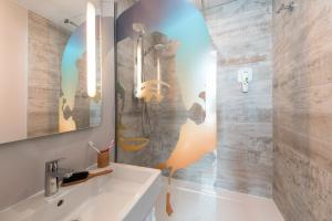 Salle de bains dans l'établissement Ibis Styles Hyères Rooftop & Spa