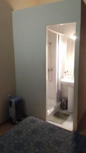 Uma casa de banho em Guest House Estrela