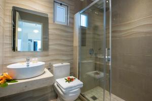 A bathroom at Kastro Apartments