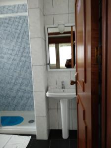 Uma casa de banho em ROSÉLIO REIS - ALOJAMENTO TURÍSTICO